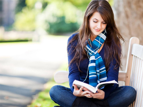 Thay vì dành hàng giờ để xem tivi hoặc lướt facebook bạn hãy chọn một cuốn sách ưa thích và dành thời gian để đọc nó lúc rảnh rỗi