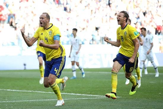 Cầu thủ Thụy Điển ăn mừng bàn thắng.