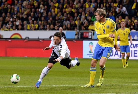 Một tình huống trong trận đấu giữa Đức và Thụy Điển.